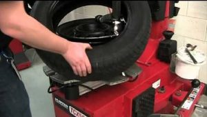 How to Remove a Tire from a Rim with a Machine
